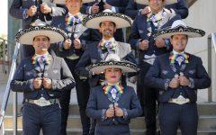 Los miembros del Mariachi Arcoíris de Los Angeles posan en sus trajes tradicionales, representando la comunidad LGBTQ.