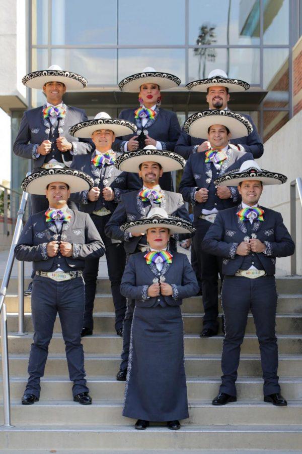 Los+miembros+del+Mariachi+Arco%C3%ADris+de+Los+Angeles+posan+en+sus+trajes+tradicionales%2C+representando+la+comunidad+LGBTQ.