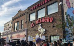 Alrededor de 100 personas manifestaron afuera de la tienda El Milagro en la calle 26 el jueves 30 de septiembre para mejores condiciones de trabajo.