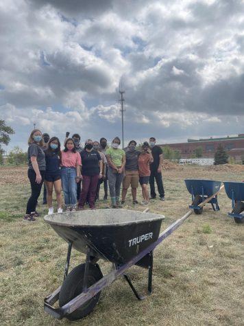 La Organización de Justicia Ambiental de La Villita (LVEJO) y varios voluntarios ayudaron a organizar una granja comunitaria.