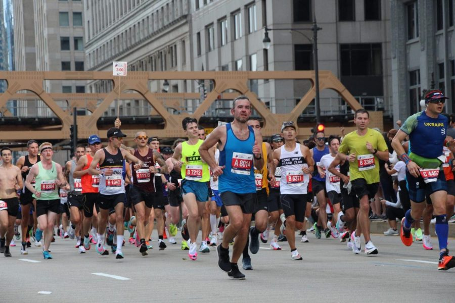 Runners+navigate+N+Franklin+Street+as+they+approach+the+13+mile+mark+in+the+Chicago+Marathon+Sunday.+