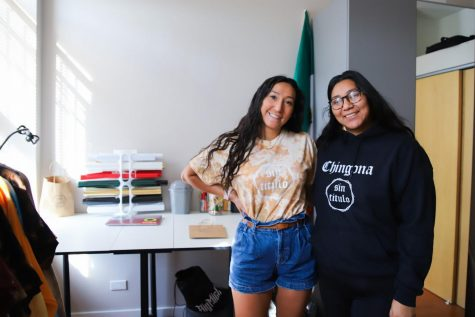 Las hermanas Elizarraraz, posan en su oficina con ropa de su marca Sin Titulo.